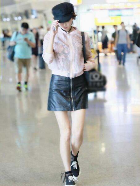 林志玲现身机场摆拍穿着粉嫩 网友: 大腿的缝太大