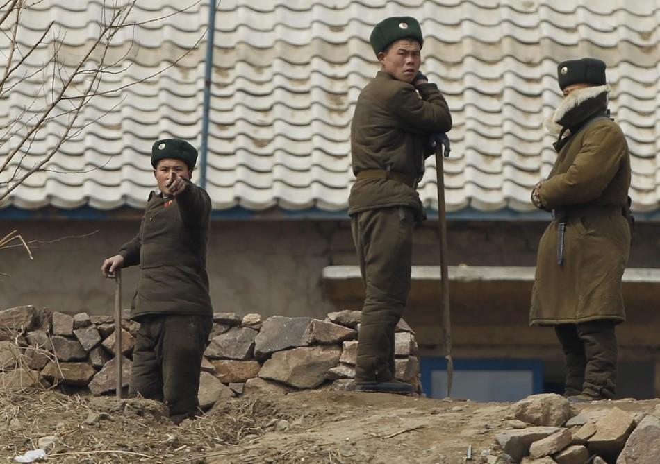 同样都是站岗, 中朝边境的军人为什么差别这么大呢?