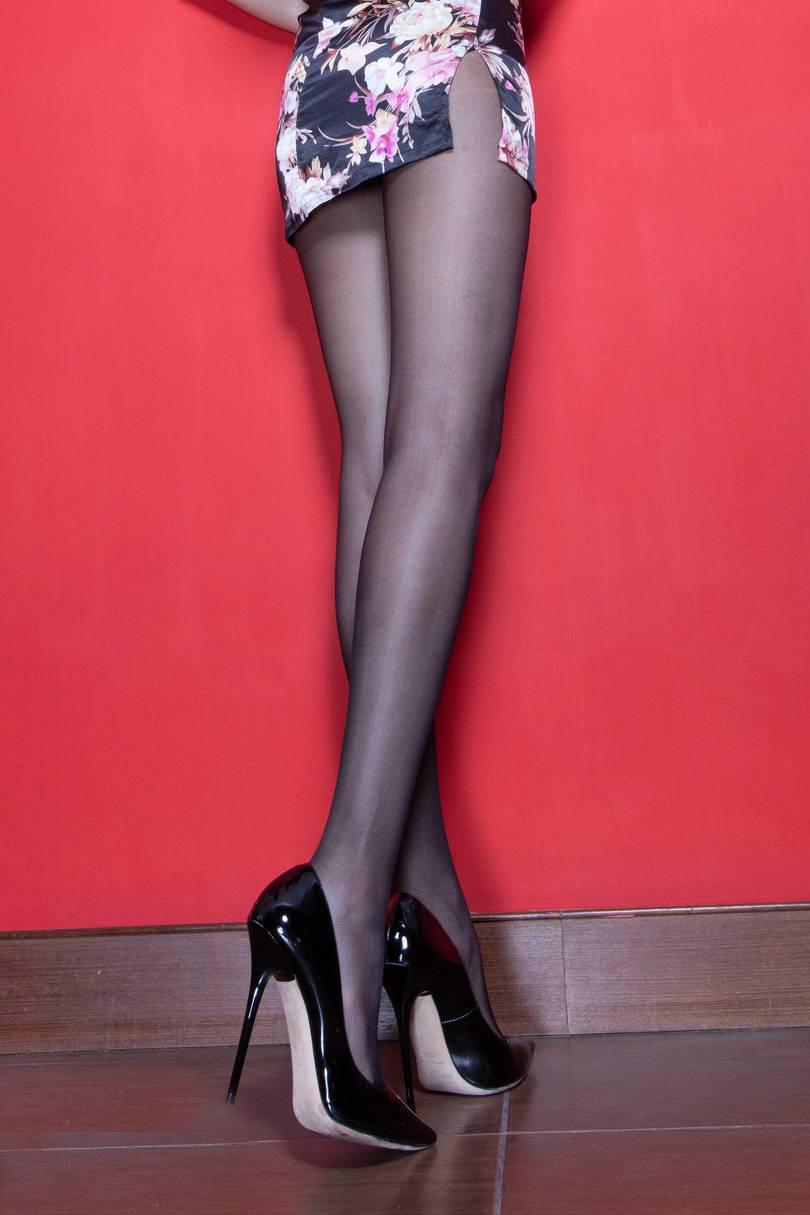 穿旗袍一定少不了丝袜高跟鞋