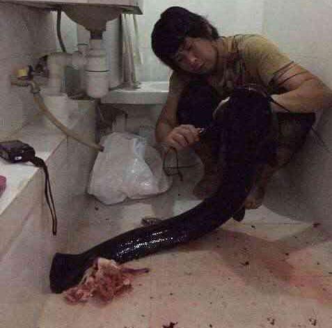日本小伙在臭火沟钓起1人多长巨鱼,吃完才发明悲剧了