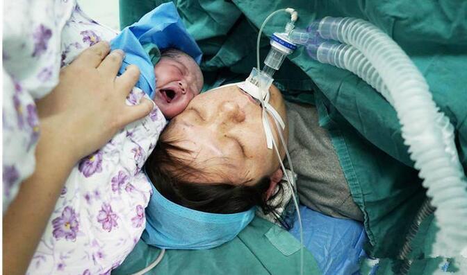 关40岁瘫痪的高龄产妇诞下女儿, 母女平安, 护士们都落泪了的最