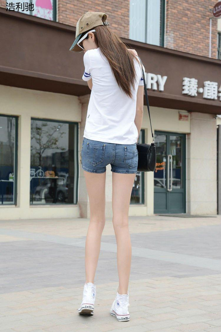 姑娘穿上短裤紧身牛仔裤, 背影尽是魅惑, 看了想舔屏