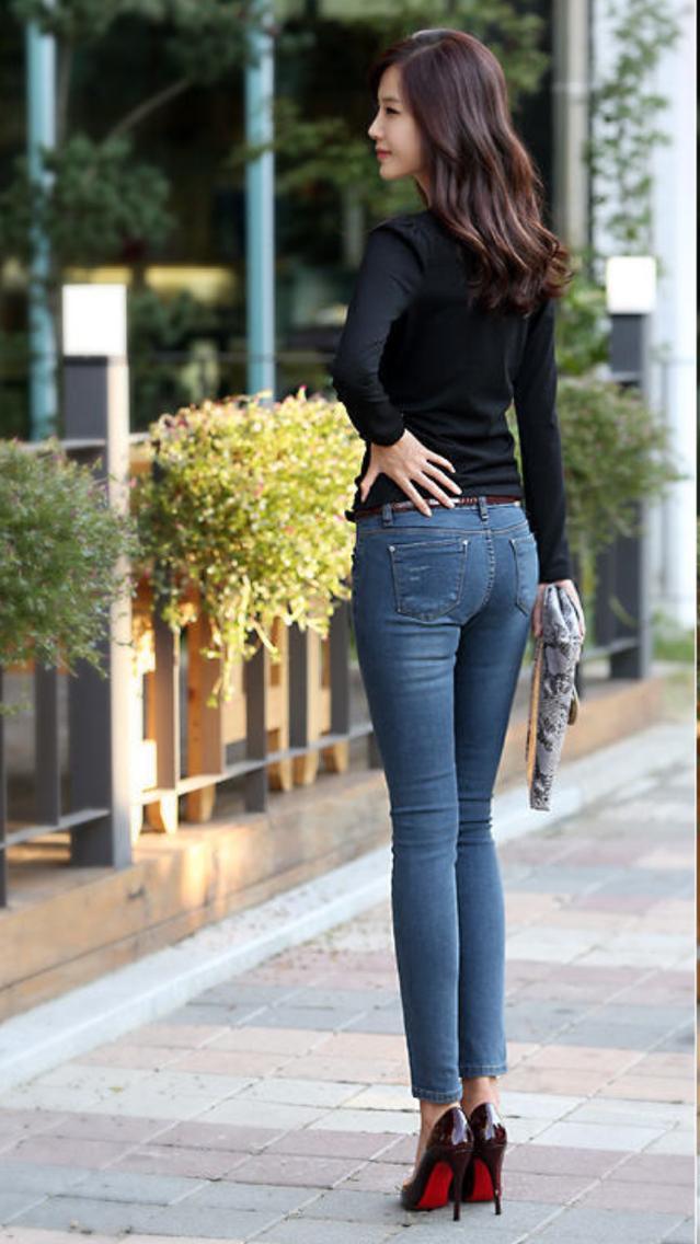 很百搭的一款牛仔紧身裤,时尚设计不枯燥,剪裁慷慨干练,修身优雅,让