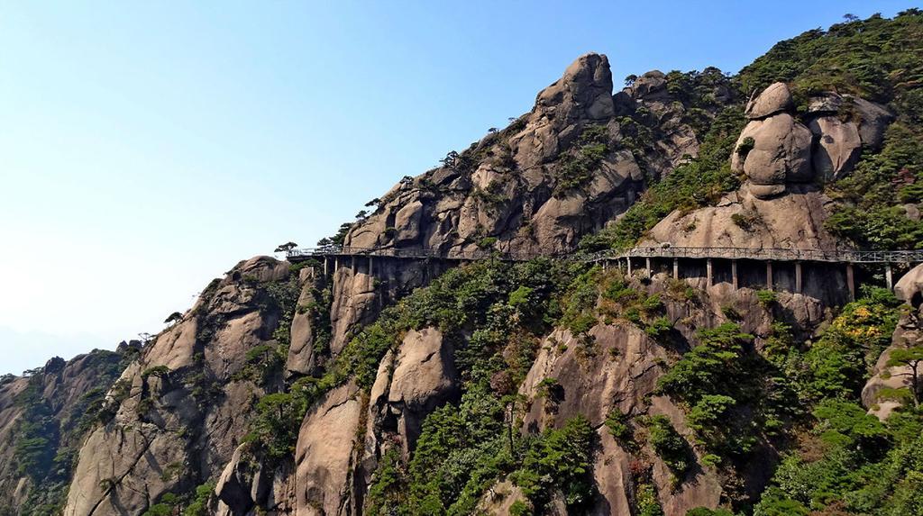 """三清福地的道教古建筑群以三清宫为核心,依据""""先天八卦图""""的方位布局"""