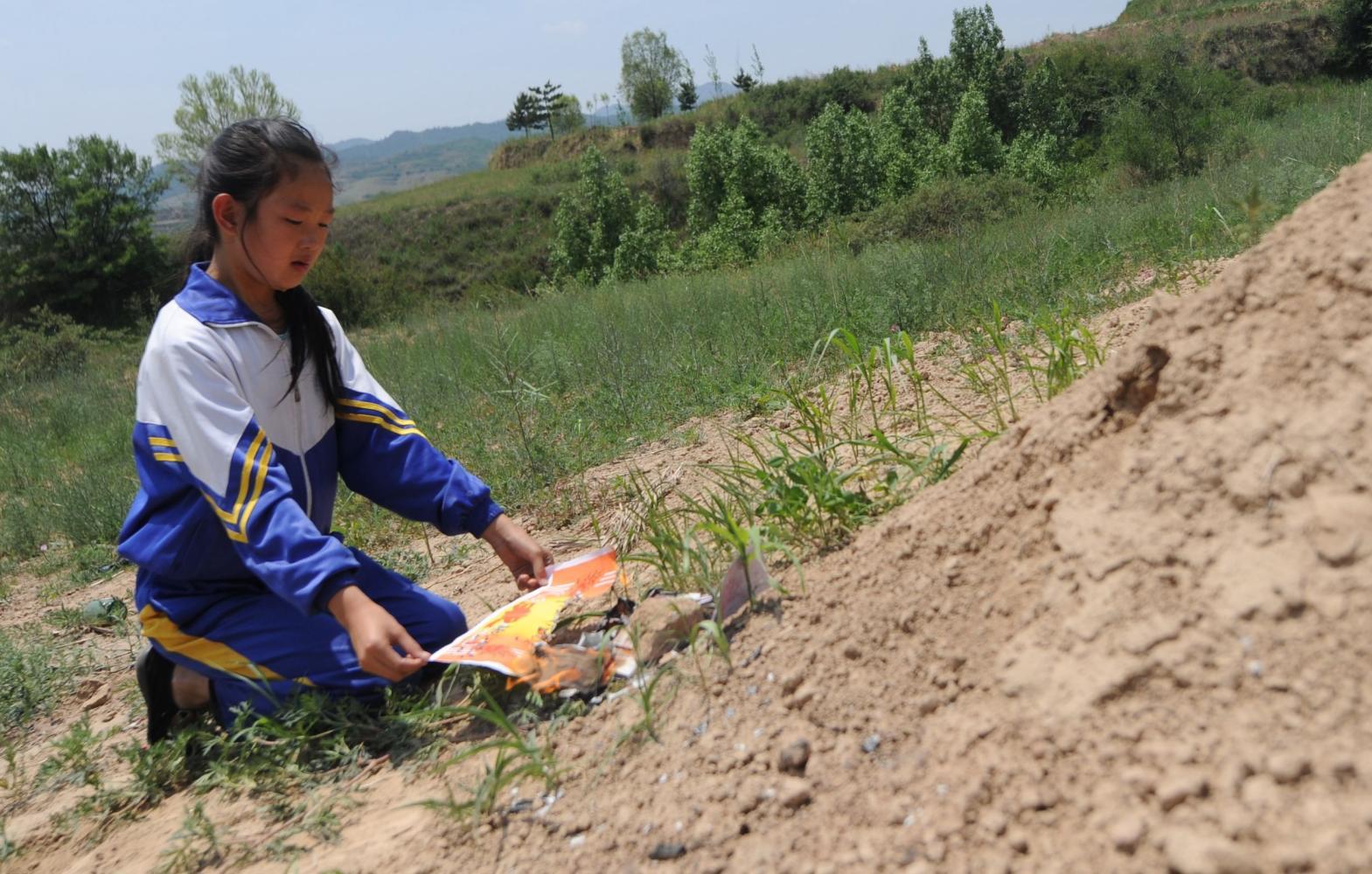 """吧?""""山西吕梁岚县王狮乡阳坡坪村,10岁女孩杨泽茹把六一节儿童节图片"""