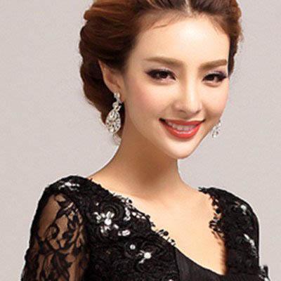 挑染色长发打理清新的中分无刘海盘发造型,简约的韩式盘发很有高贵图片
