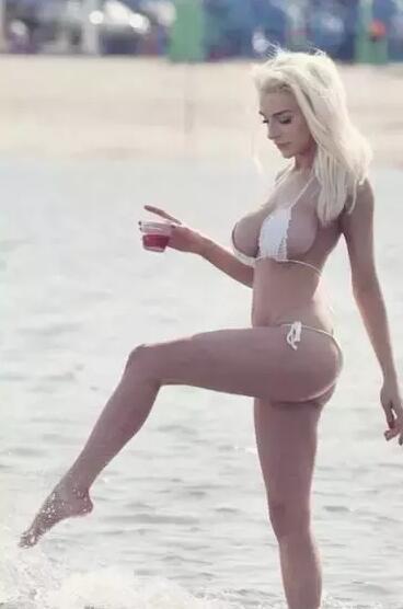 欧美女星考特尼海边度假, 网友: 真是人间极品!