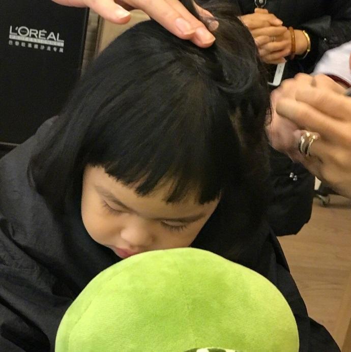 包贝尔带女儿去剪头发, 不满意新发型的饺子一脸嫌弃