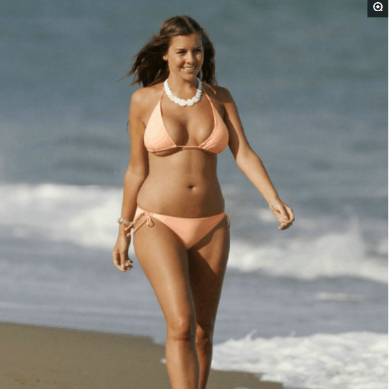 欧美女星伊莫金晒海边度假, 网友: 还是微胖比较有感觉