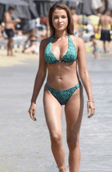 欧美女星卡塔里娜海边度假游玩, 网友: 产奶量够我喝一年了