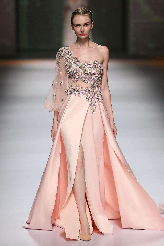 设计师通常运用于冬季礼服设计中,选取礼服缎搭配简单大气的版型,无需