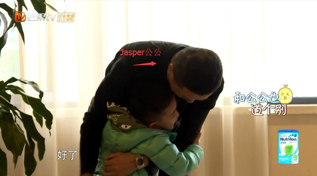 爸惊喜现身, Jasper兴高采烈要教陈小春唱歌