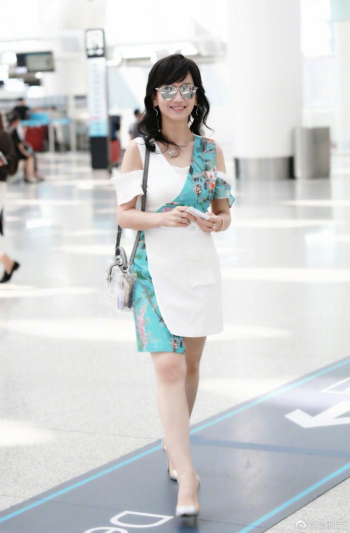 [转载]64岁赵雅芝现身机场,短裙美腿婴儿肌,宛如20岁少女67