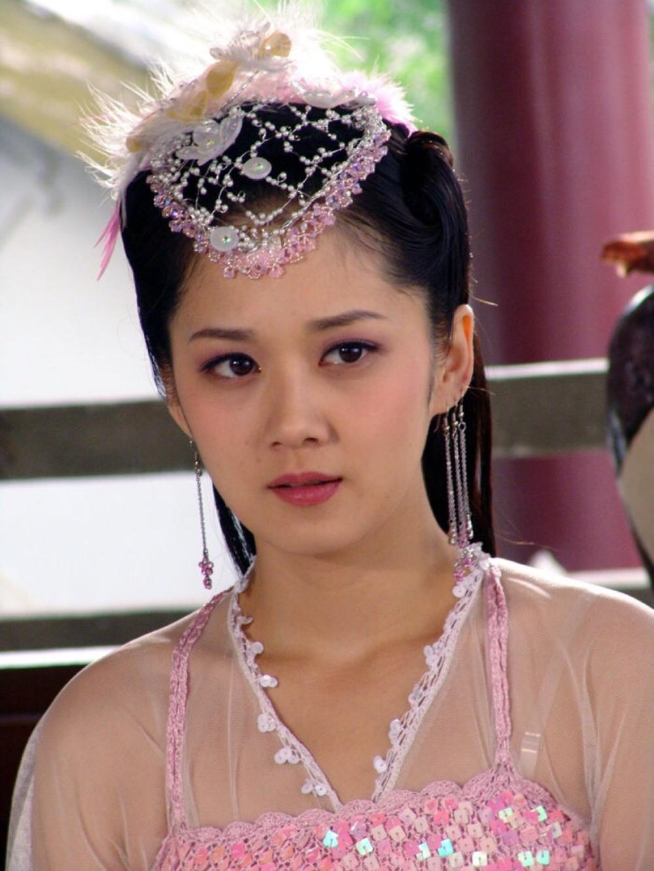 由她主演的新剧《告白夫妇》开播了,剧中的张娜拉十分可爱,美丽,仿佛