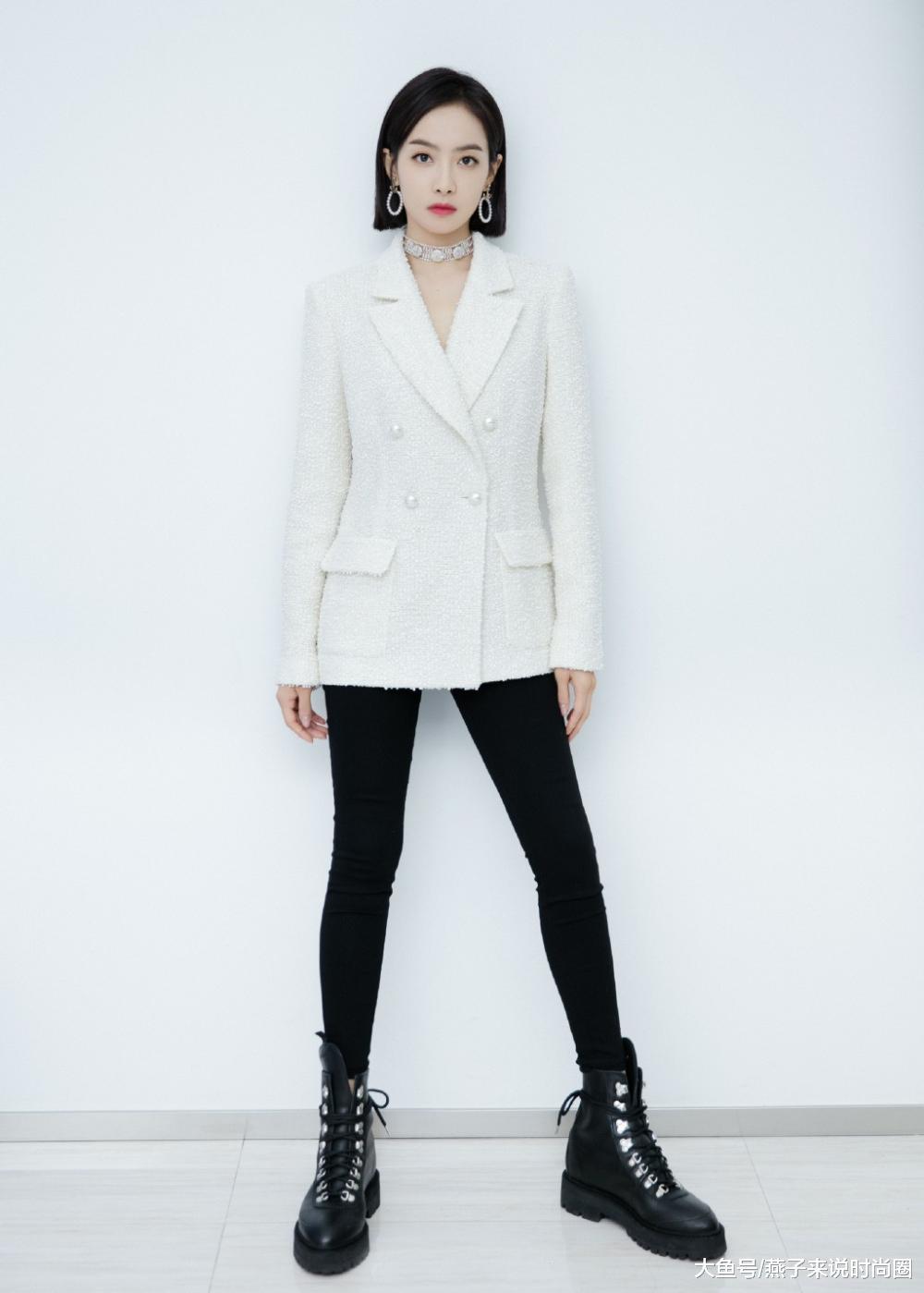 宋茜变身办公室白领,穿黑色紧身裤配西装,右手一放却是性感满分
