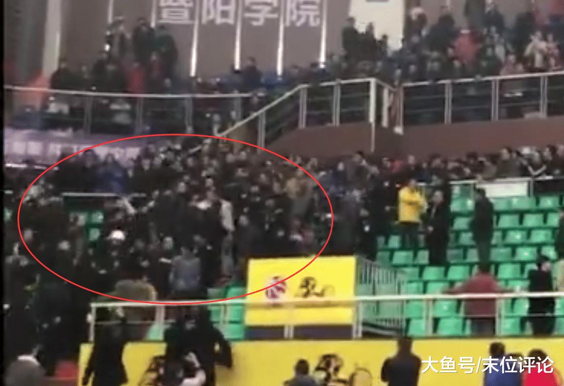 广厦辽宁球迷火爆抵触! 人群中女球迷尖叫: 快遁