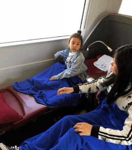 甜馨坐高铁被偶遇, 网友: 真人和照片中差一大截