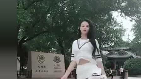 妹子身穿白色短裙, 在公园里大跳鬼步舞!