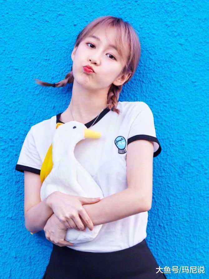 巴啦啦小魔仙距今11年,刘美含穿校服裙似初恋,27岁像17!