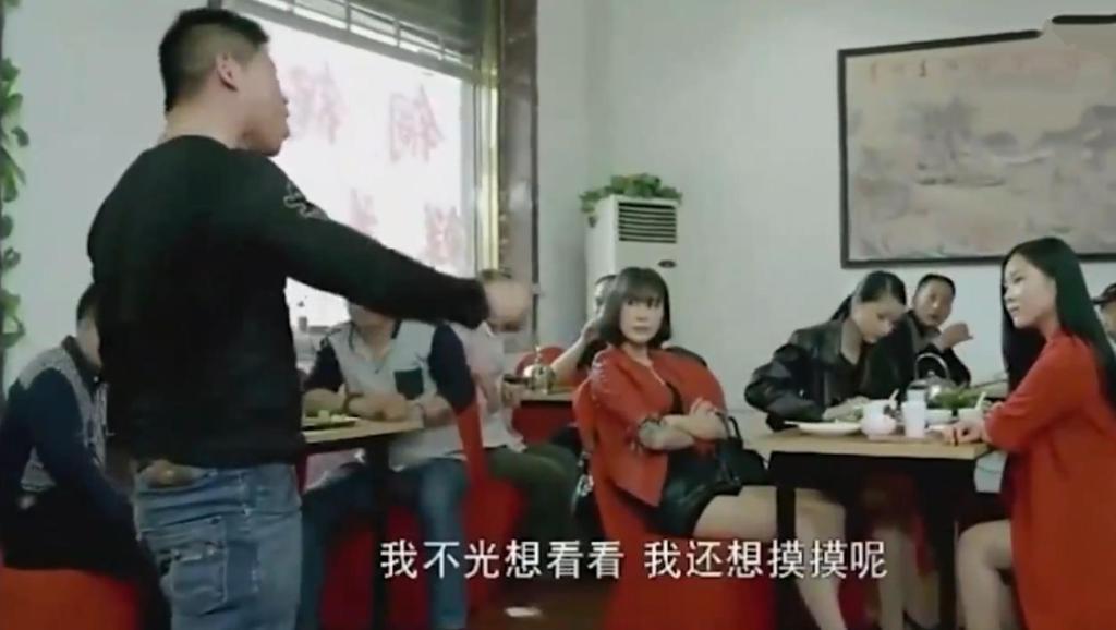 女特种兵回乡探亲,在餐馆被恶霸欺负,接下来的一幕,真是霸气!