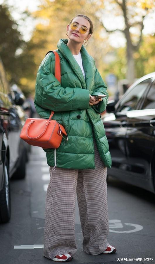 羽绒服怎么穿才有范?搭极简的阔腿裤,别具一番时尚感