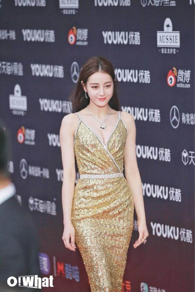 迪丽热巴一袭金色吊带裙参加盛典, 婀娜好身材!