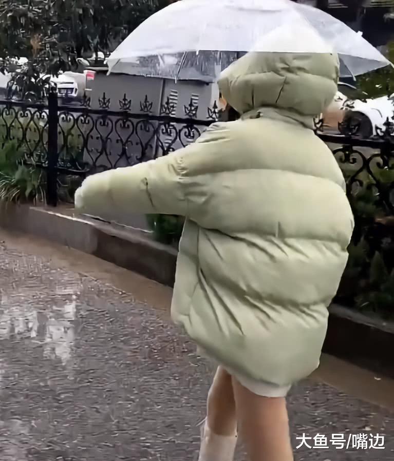 """羽绒服下面不穿外裤的穿法火了,她穿出双""""特级竹竿腿"""",巨细!"""