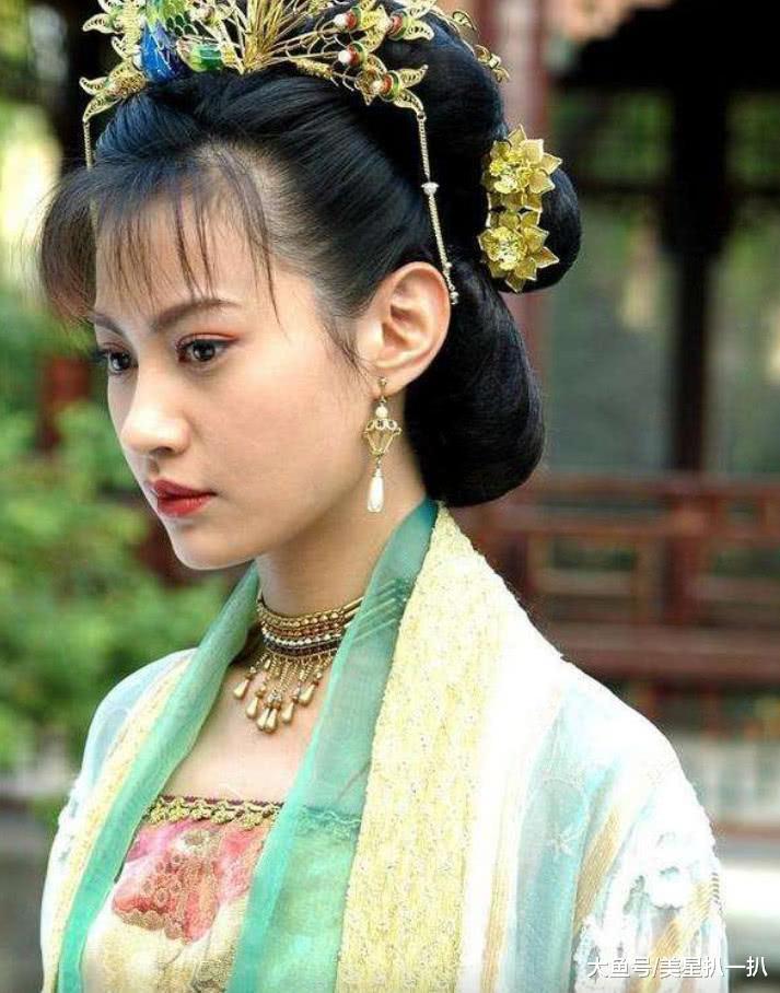 杨雪复出后亮相活动,一袭粉裙嫩如少女,这哪像是38岁的人?