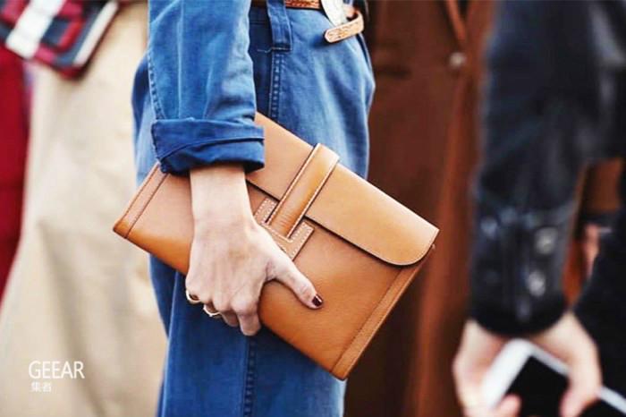 时尚街拍告诉你,挑选这几个颜色的手包就不会过时!