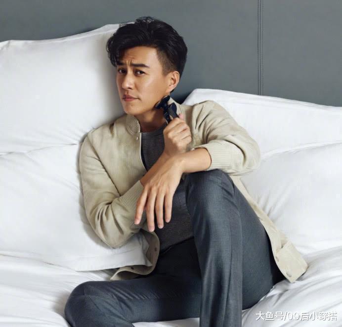 """靳东现身机场,条纹针织衫搭上马甲,还是熟悉的""""老干部""""风"""