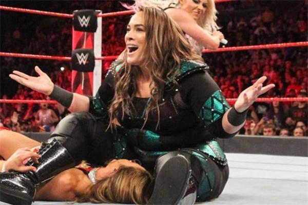 她们是WWE最强女子组合! 不但实力强大, 还是巨石强森表妹
