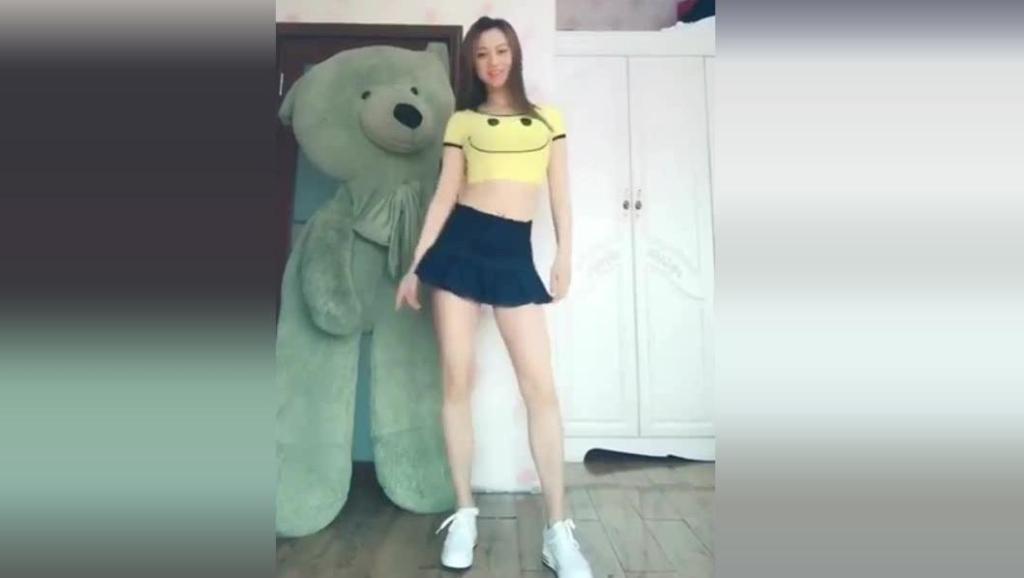 小姐姐你跳的舞是好看, 但是后面的熊抢镜了