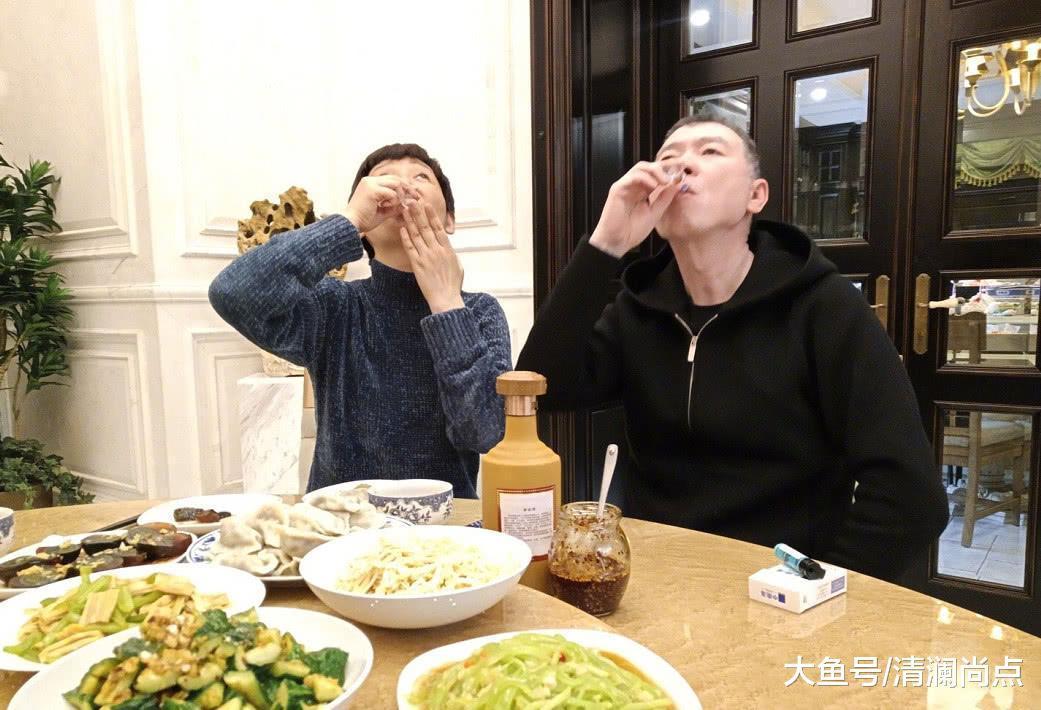 冯小刚晒冬至家宴照,不料暴露徐帆真正颜值,不止51岁吧?