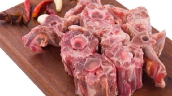 外面大雪飄飄, 抗寒法寶就是在家吃羊肉, 一肉三吃, 看著就流口水
