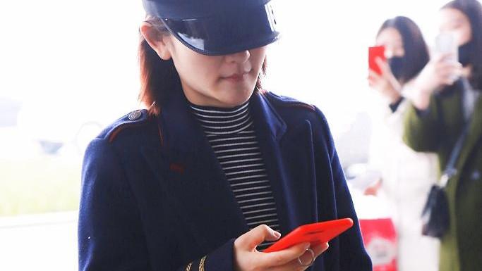 谢娜穿旧衣露面身材苗条, 一路玩手机被偷拍, 刚换的手机壳超抢镜