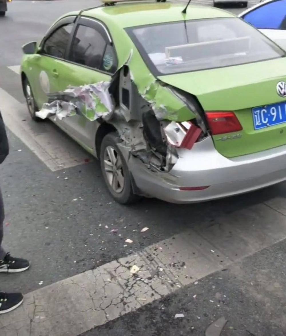 """两车相撞 出租车外壳""""撕""""开"""