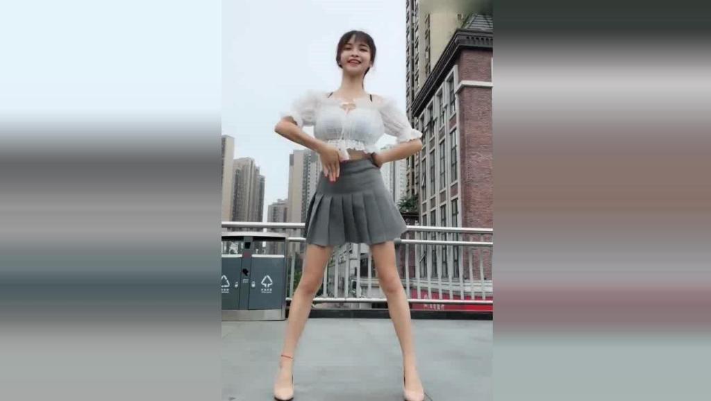 小姐姐穿迷你短裙热舞, 动作这么胆大一点都不羞涩
