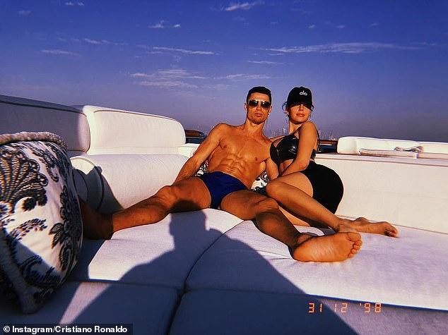 那便是胜利人士啊! C罗带女友迪拜度假跨年 乔治娜亲吻总裁晒幸运