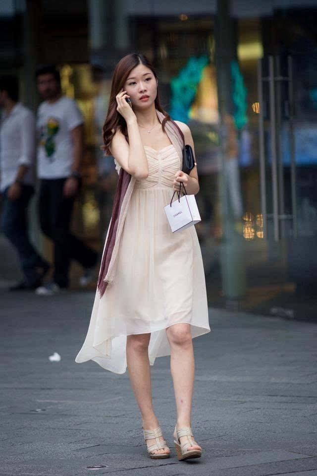 街拍: 美女吊带裙配细高跟, 展现凹凸有致的性感身材, 优雅迷人