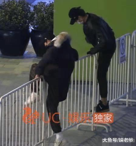 明星做啥都被夸? 王源魏大勋公众场合翻越栏杆都被人夸好可爱?