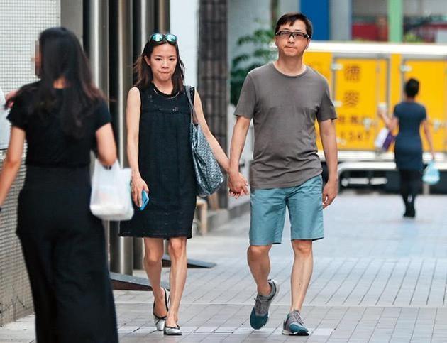 57岁庾澄庆11月将三度当爸 主播娇妻挺孕肚出街
