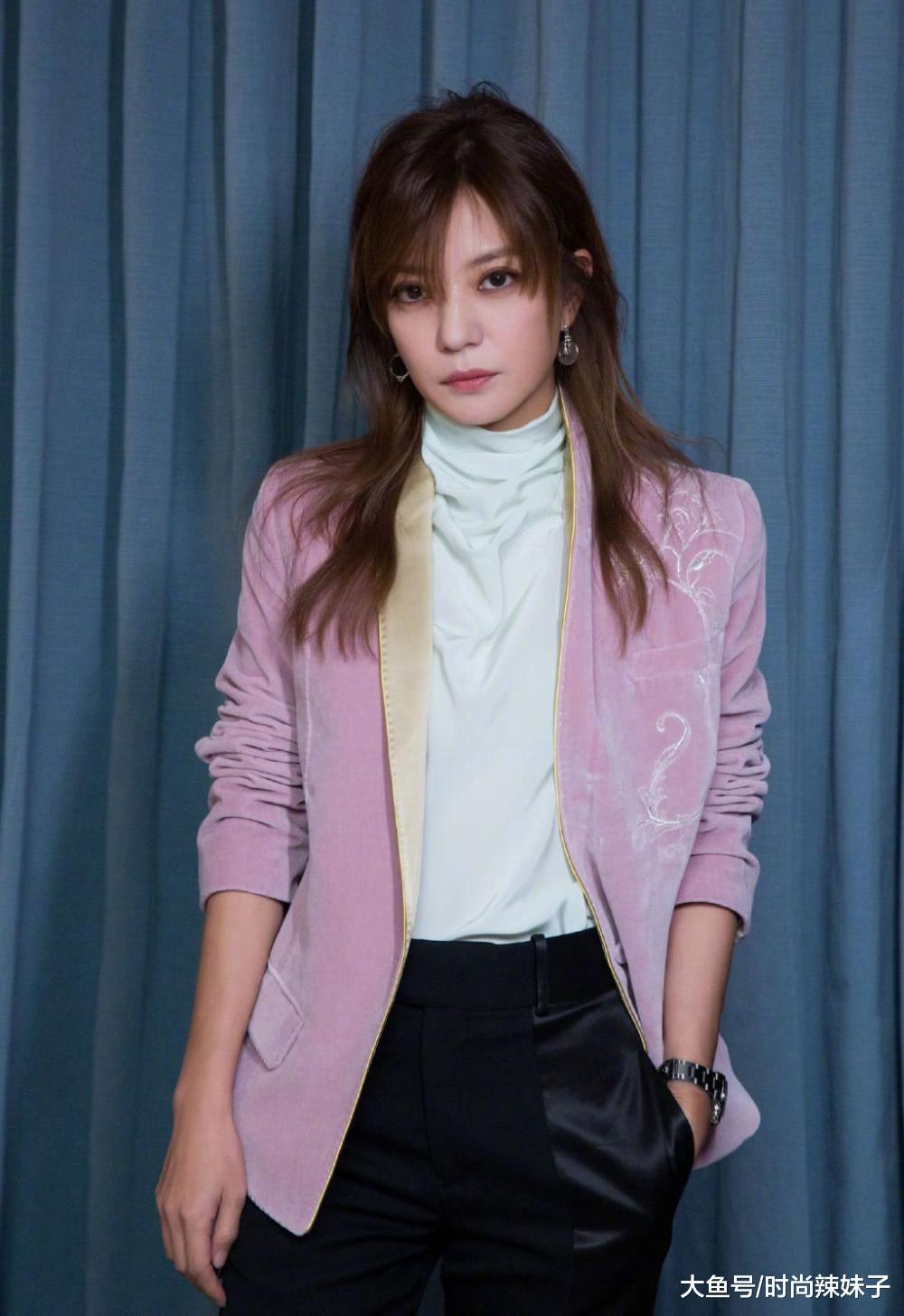 赵薇现身活动,一身丝绒装扮亮相秒变少女,不像是42岁的年纪