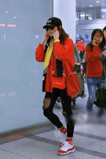 张柏芝红装现身机场心情好, 筷子腿比素颜更吸睛