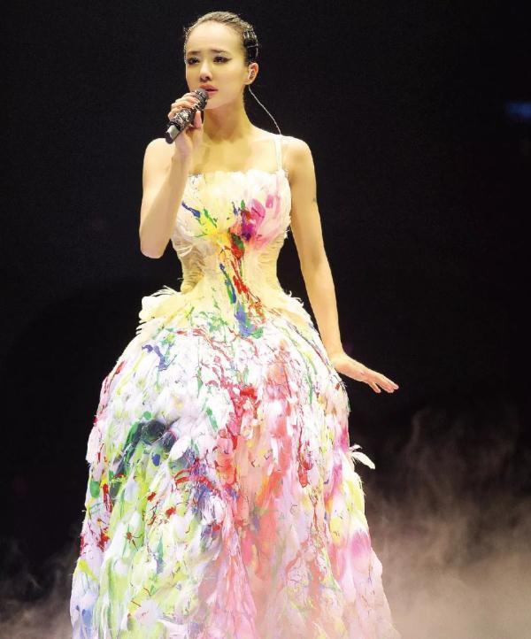 蔡依林万人演唱会哽咽流泪: 当一天掌声变少, 我依旧还对自己笑