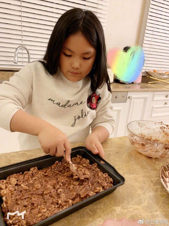 李湘晒女儿王诗龄最新照片, 脱胎换骨变化大, 网友: 终于长开了