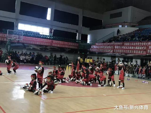 新疆篮球启受从幼儿园宝宝最先  单脚运球皆是小儿科