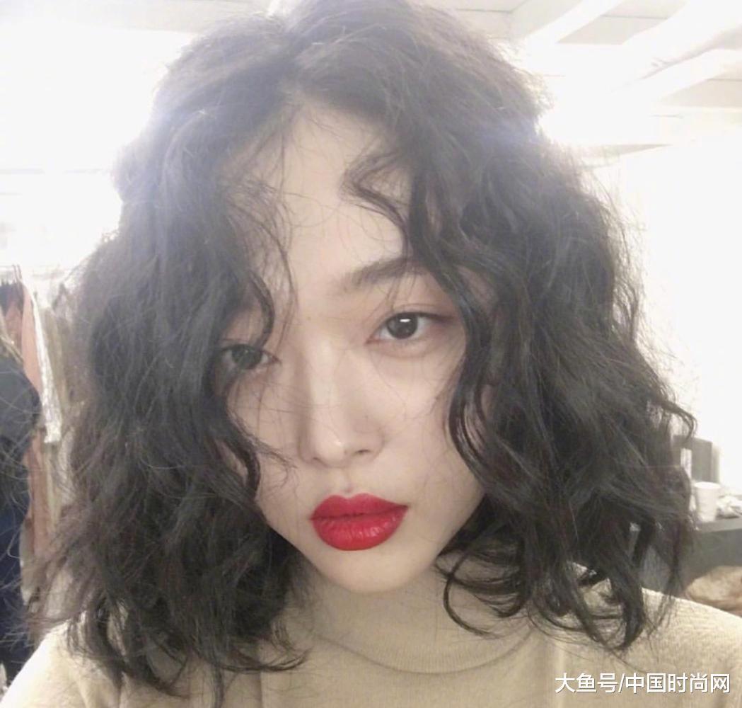 卷发型也是元气满满,搭配复古的大红唇真是好像80年代的tvb香港艺人!