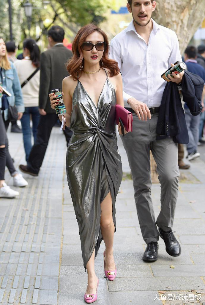 很有金属质感的吊带裙,小姐姐真是好看极了