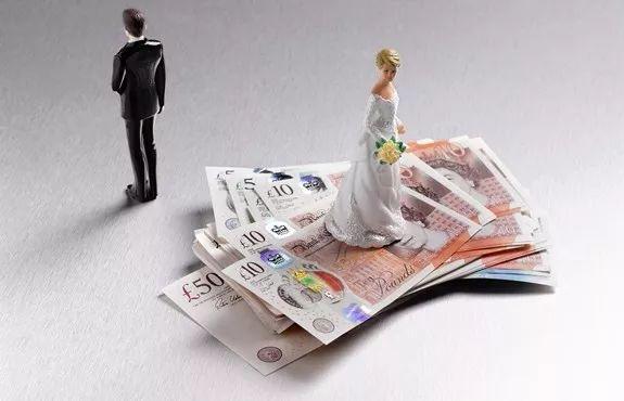 前妻告他要求支付75万!他立马和现任妻子离婚,净身出户……
