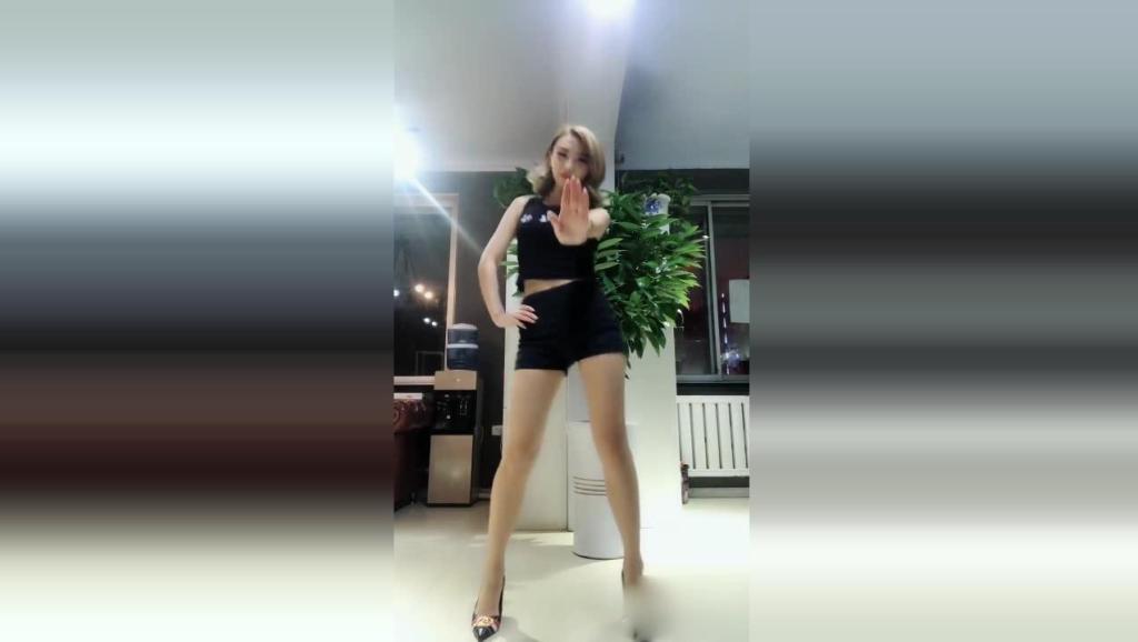 女秘书在办公室热舞, 不怕老板知道吗